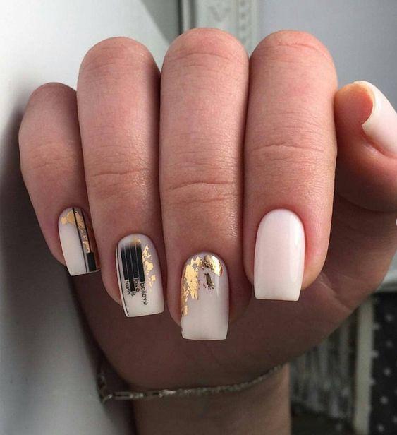 Jasny manicure z wzorkami