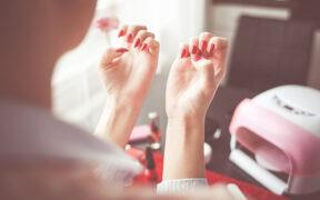 Lakiery hybrydowe - zalety ich stosowania. Czy manicure hybrydowy ma wady?
