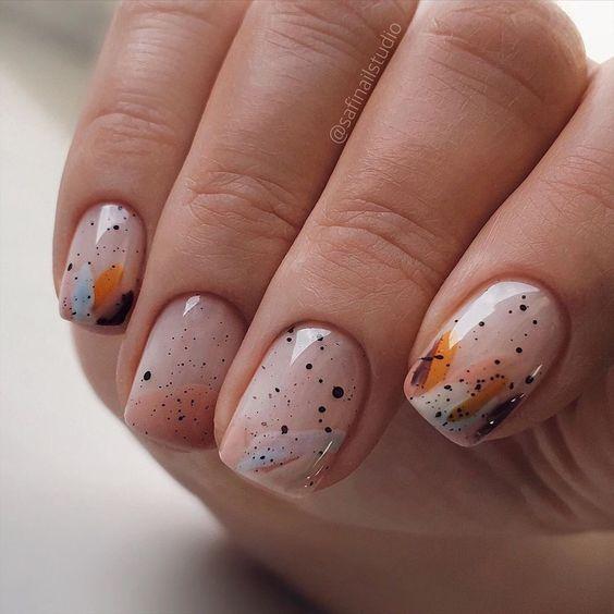 Naturalne paznokcie z kropkami
