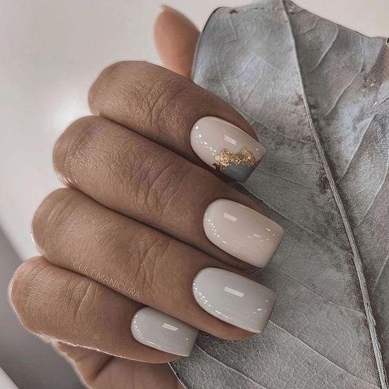 Szaro beżowe paznokcie z folią transferową