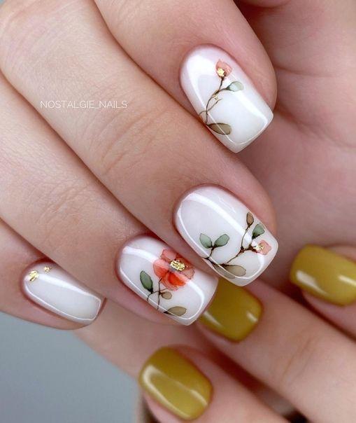 Białe paznokcie w kwiaty