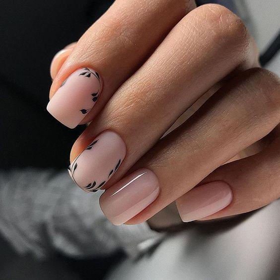 Delikatne paznokcie z kwiatowymi wzorkami