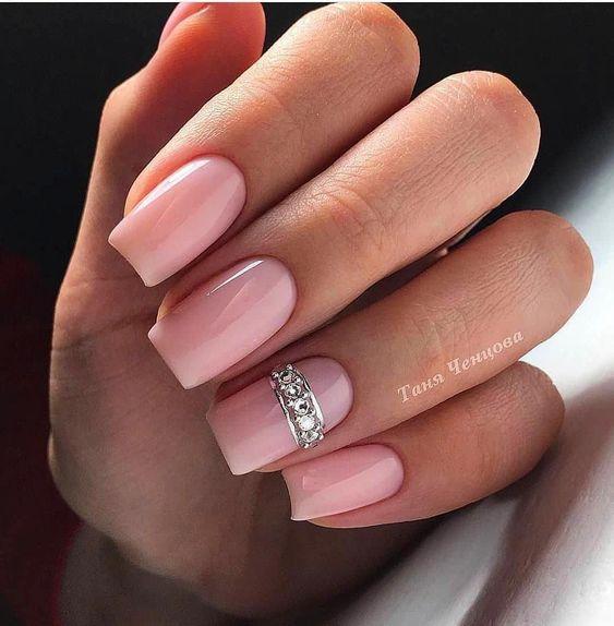 Delikatne różowe paznokcie