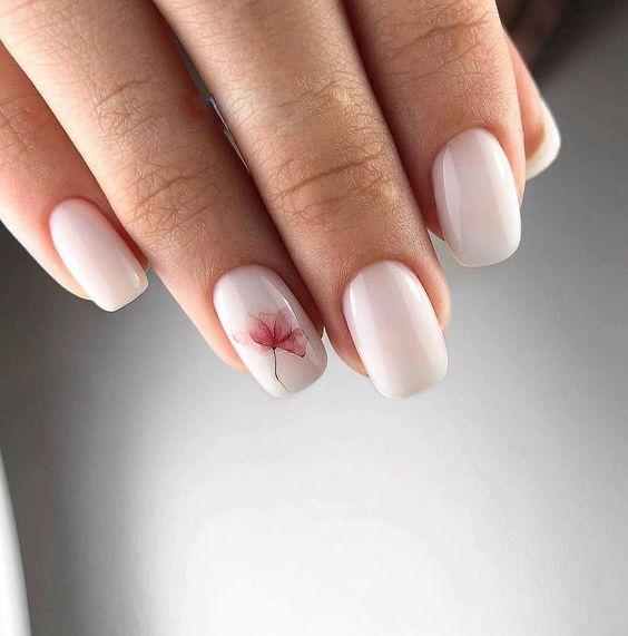 Delikatny manicure z wzorkami kwiatów