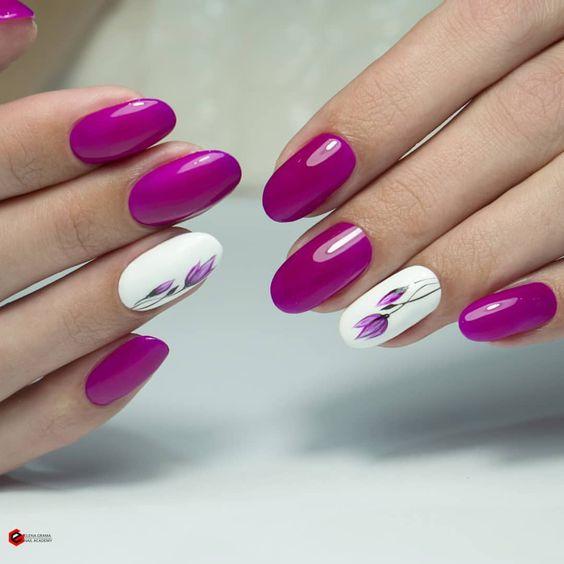 Fioletowe paznokcie w kwiaty