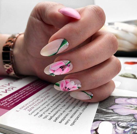 Jasne paznokcie z kwiatami