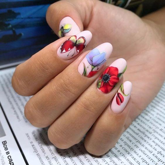 Jasny manicure z kwiatami