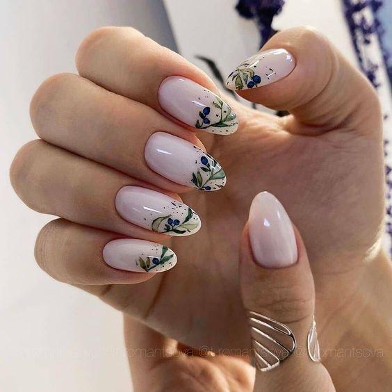 Mleczne paznokcie w kwiaty