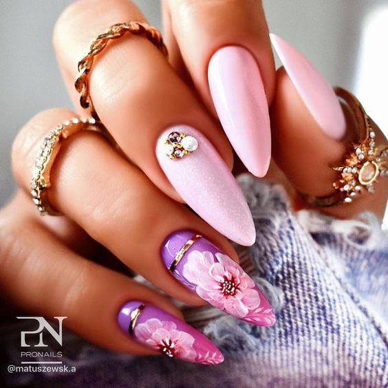 Pudrowe paznokcie w kwiaty