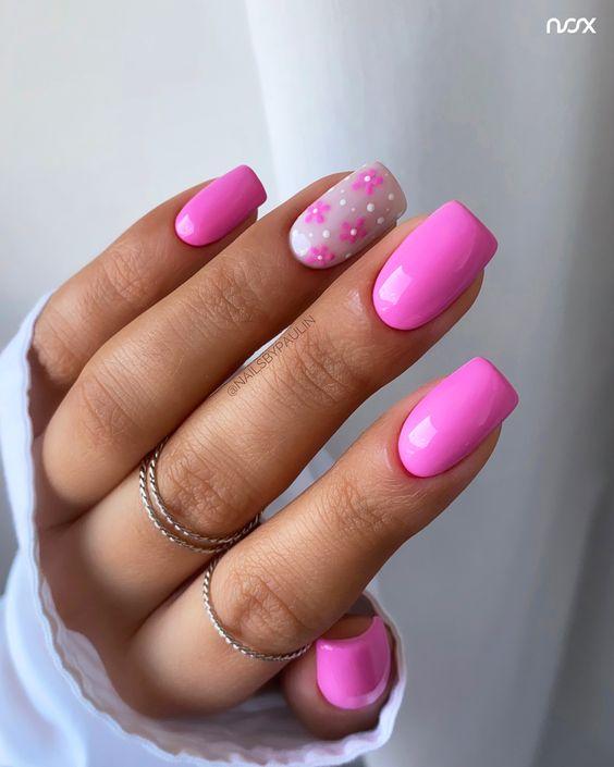 Różowe paznokcie w kwiaty