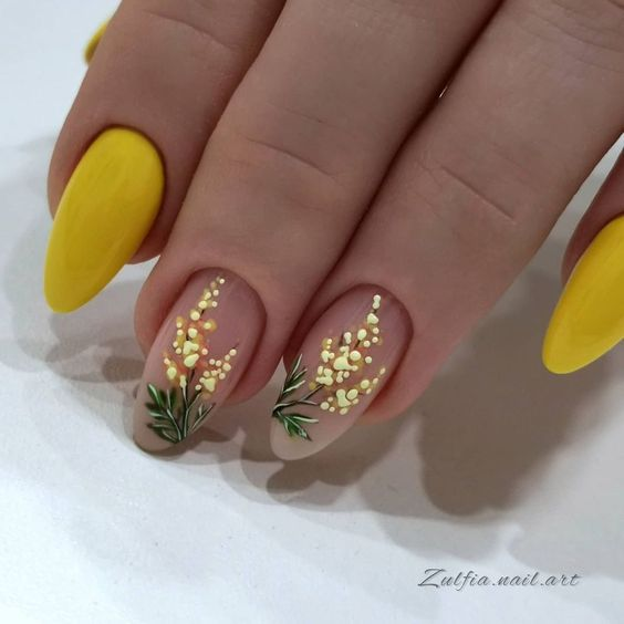 Żółte paznokcie w kwiaty