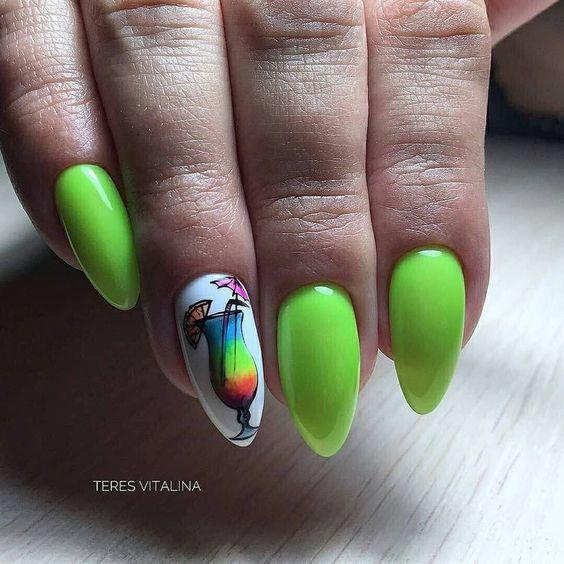 Jaskrawy manicure w kolorze zielonym