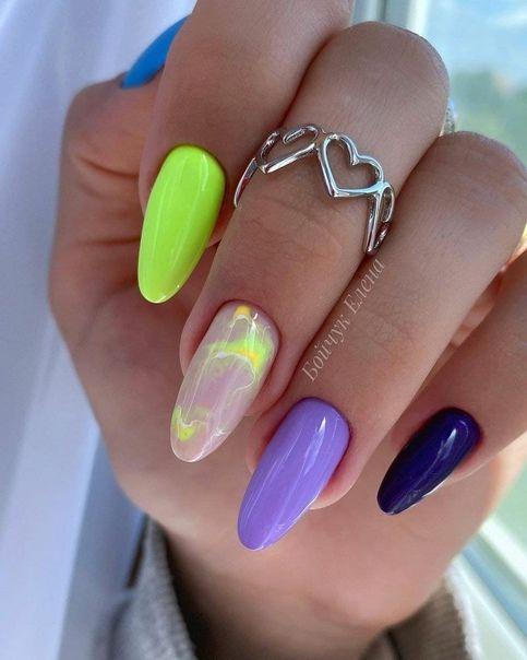 Kolorowe paznokcie w jaskrawych kolorach