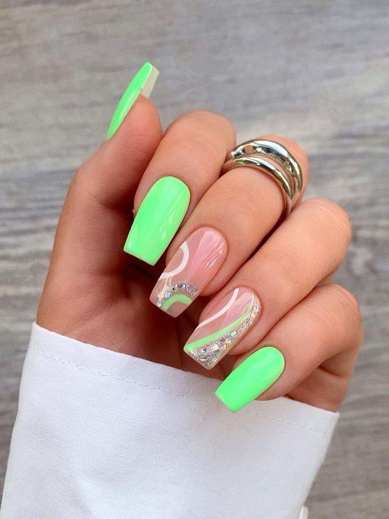 Zielony manicure w jaskrawych odcieniach