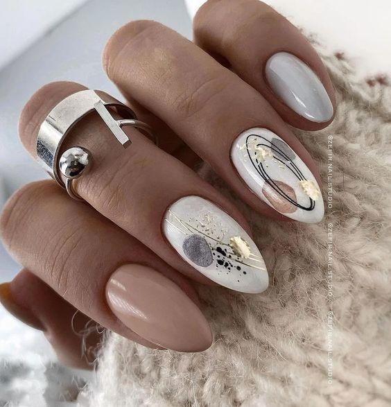 Jesienne paznokcie w kolorze beżowym