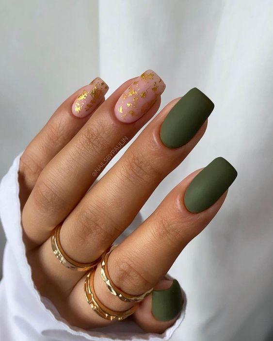 Jesienne paznokcie w kolorze butelkowej zieleni