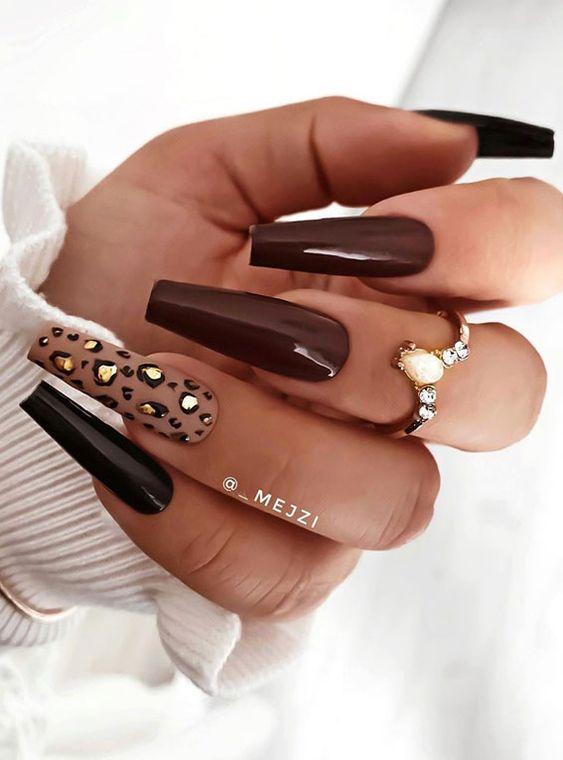 Brązowe paznokcie z panterką