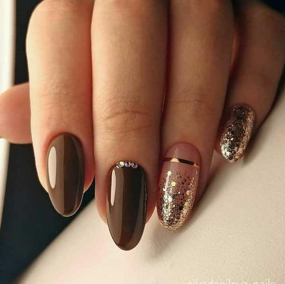 Brązowo złote paznokcie