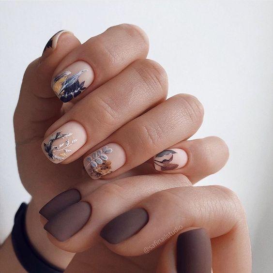 Jesienne paznokcie w kolorze brązowym