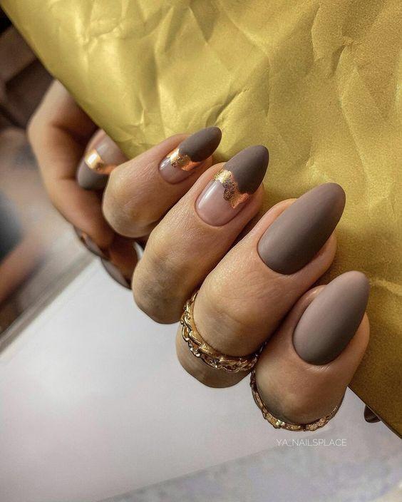 Matowy brązowy manicure
